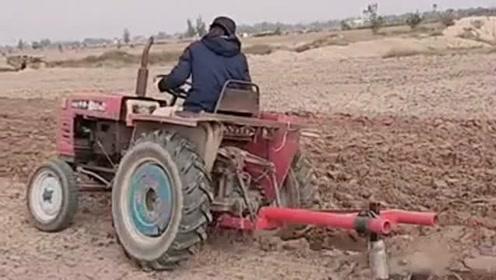 谁说女子不如男,村里的大姐大开拖拉机耕地,干农活一点不比男人差!