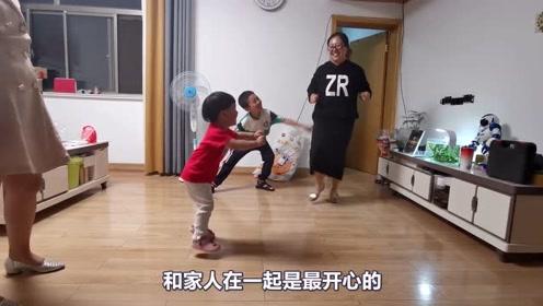 哥哥和姑姑陪宝宝跳舞,宝宝凭借实力占领C位,不服不行啊!