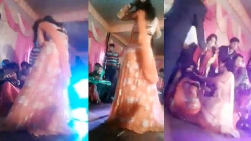女舞者表演中止引醉酒男不满,直接开枪射击,当场倒下引混乱