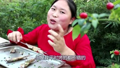 胖妹嘴馋捞鱼吃,野外烤鱼飘香四溢,撒上孜然馋哭了