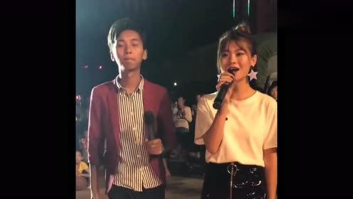 夜晚步行街偶遇唱歌的情侣,围观好多人,这才是中国好声音