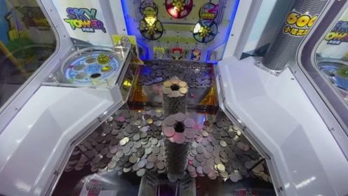 电玩城里的硬币塔,小伙展示如何将其推到,这下小伙赚大了