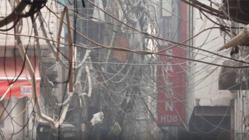 印度一商业建筑失火,现场电线杂乱,至少 43人丧生