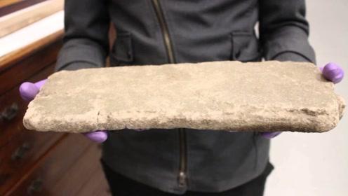 最软的岩石到底有多软?老外将它捧在手心,出现了有趣的一幕!