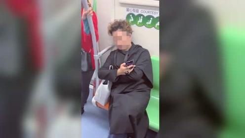 男子地铁占两座不给孕妇老人让座怒怼旁人:你管得着吗?