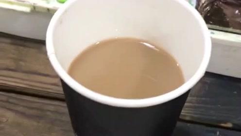 小伙用颜料给老师调一杯咖啡,真的是太调皮了,不怕被老师批评吗?
