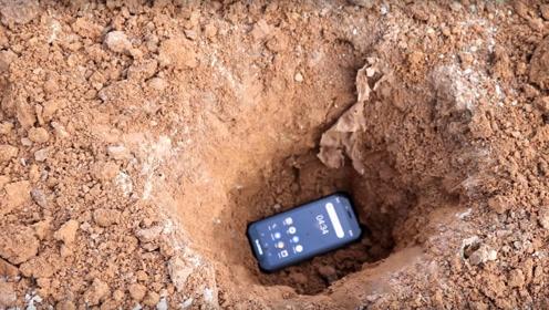 将世界上最厉害的手机放进土里埋藏一个月,结果会怎样?续航能力满分