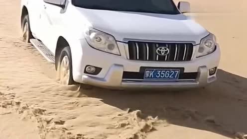 霸道沙漠里下陡坡,这才叫越野车,网友:绝对是老司机