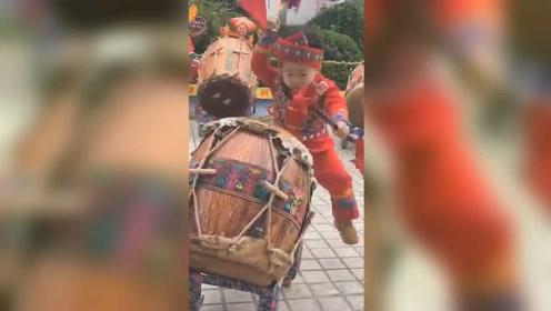 太魔性!5岁萌娃街边表演舞狮鼓走红,节奏感超强连双脚都是戏