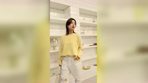 冬季亮眼柠檬黄毛衣搭配白色休闲裤出街简单又吸睛元气满满哦
