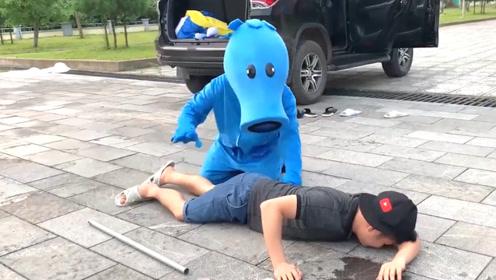 自制植物大战僵尸真人版,看小哥和僵尸对峙,场景也太有意思了吧