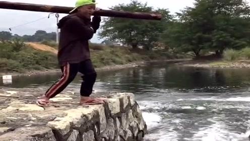 三人背木头过断桥,本以为是个青铜,结果没想到是个塑料!