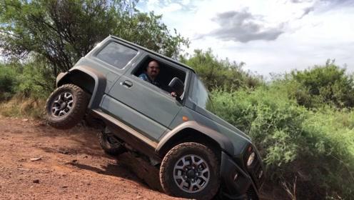 铃木吉姆尼越野遇到土坑后 一脚油门下去 才知道什么是不输奔驰大G