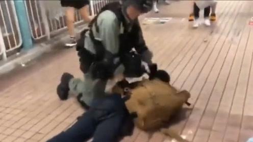 杀伤力惊人!暴徒持致命武器上街危及市民 港警二话不说上拷拿下