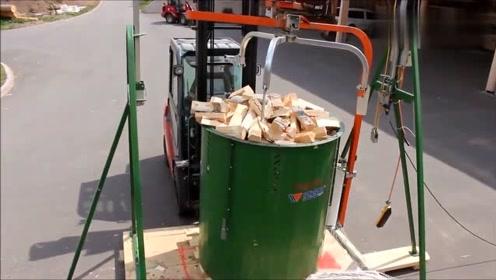 整车木头劈成一块块木柴,全程只需一个工人,这机械操作太先进了