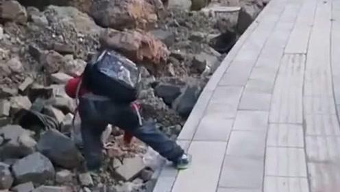孩子放学的路上以为他买了一袋零食,结果是他捡的垃圾,真是好样的!