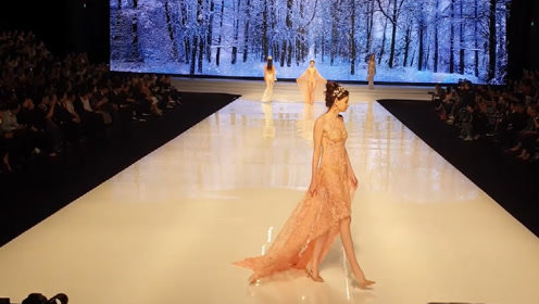气质纱衣漫漫,在暖光的照耀下,更显迷人风采!