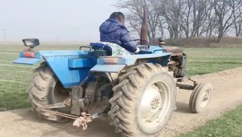 农村小媳妇养家不容易,大冬天还要开拖拉机下地干活,太辛苦了