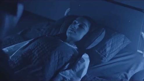 女子学校里,保安总是偷偷进入女生寝室,做一些羞羞的事情