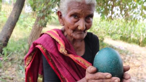 """老奶奶捡到一颗""""绿色巨蛋"""",斧头才能劈开,打开后全家都乐了"""
