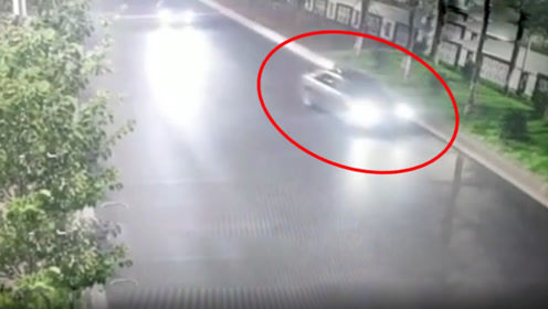 佛山一男子好心借车给女子练手,结果练出事了,两人在车上打架