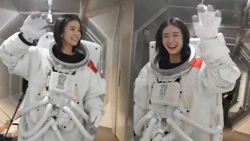 张雪迎拍宇航员大片,模仿太空步边走边挥手,诙谐动作逗乐众人
