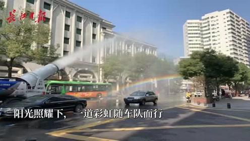 """清晨,惠明路上的环卫车队""""带出""""一条彩虹"""