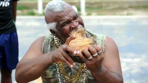 64岁老大爷用牙齿剥椰子,成功创造吉尼斯纪录,至今无人打破!