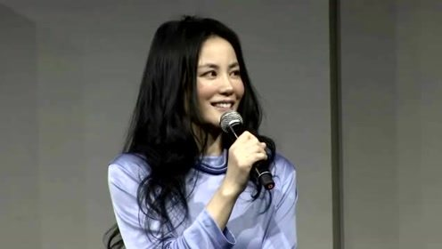 当年王菲包花头巾和谢贤互动,彼此笑容灿烂,网友:画面真美好啊