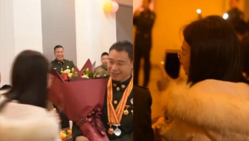 老兵当兵16年 妻子默默陪伴12年 退役这天妻子浪漫接老公退伍回家