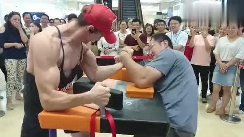 中年大叔面带微笑教肌肉小伙做人,这力量太强大了!