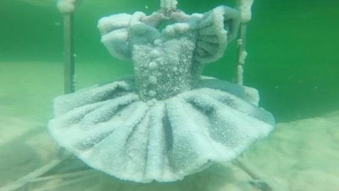 设计师把一条黑色礼服扔进死海,2年后打捞上来,美的就像艺术品