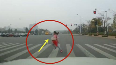 作死闯红灯的祸害,女孩当场丢了性命!悲剧了
