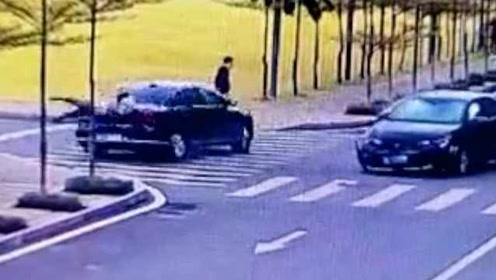 飞来横祸!两车相撞车身旋转180度,女子斑马线上被车尾甩飞