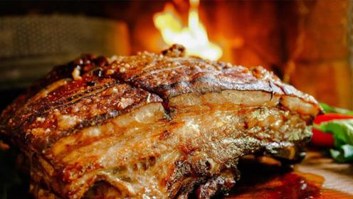 老外学习中国厨艺,用大铁锅炖超大带皮猪肋排,太馋人了!