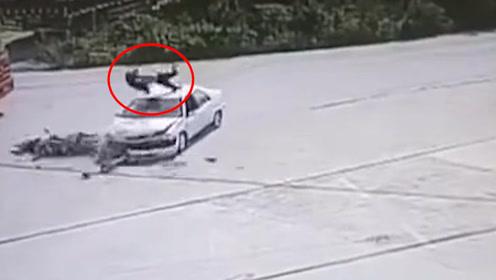 广西一电动车急速行驶,下一秒撞向拐弯汽车,男子被撞飞摔落车顶