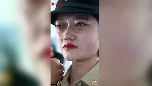 看哭了!退伍脱下军装那一刻,火箭军女兵泪流满面