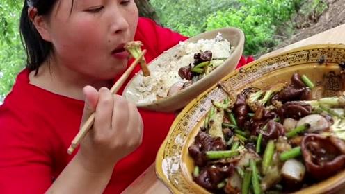 村里杀猪胖妹买了1斤新鲜肥肠,土灶做干锅肥肠太馋人,胖妹吃撑了!