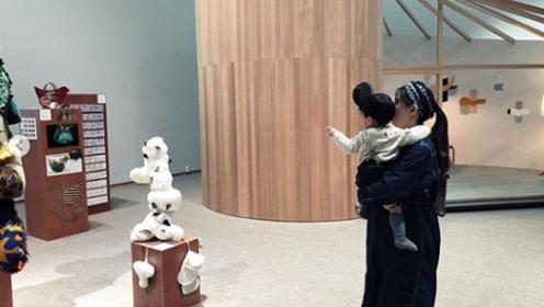 林宥嘉老婆首晒二胎孕肚 轻松抱儿子状态超少女