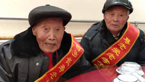 78岁老人给103岁父亲过生日 五代同堂60口人 最小的玄孙2个月