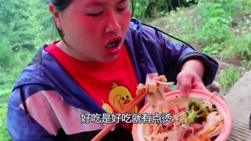 去年的腊肉胖妹终于舍得吃了,腊肉这么吃太香了,一滴都不能剩