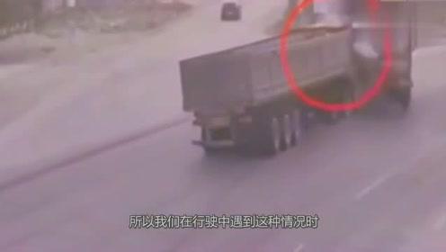 两货车路口碰头,互不相让,下一秒悲剧了!