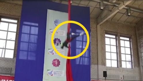 现场:俄罗斯女空中飞人从7.6米高处坠落 椎骨摔碎恐不能行走