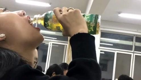 涂口红也不耽误喝饮料,当代女大学生会的挺多