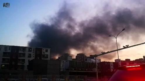北京朝阳区王四营地区突发火灾 现场浓烟滚滚