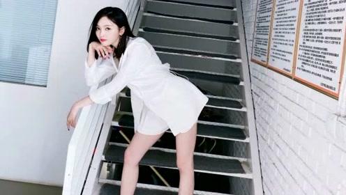 吴宣仪晒美照靠楼梯扶手摆pose 超短裙下美腿又白又长