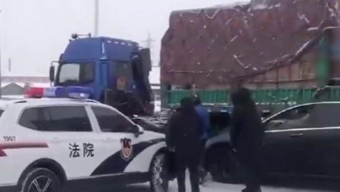 受降雪影响路面湿滑 哈同高速8车连撞,1人轻伤