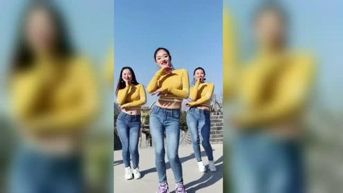 广场最性感的三大美女,颜值都好高