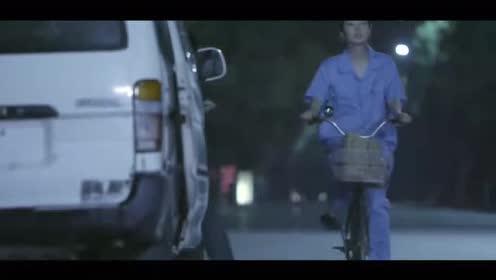 美女深夜下班独自骑自行车回家!突然被拉上面包车!