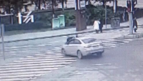 大爷过斑马线走到中间红灯亮了被车撞飞 躺倒在地无法起身